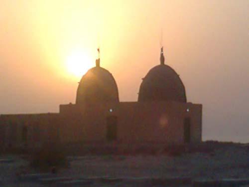 غروب آفتاب بر فراز امامزاده شاه سلیمان و شاه اسماعیل در روستای هدکان